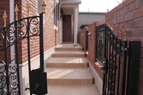 門扉から玄関へのアプローチ(2)