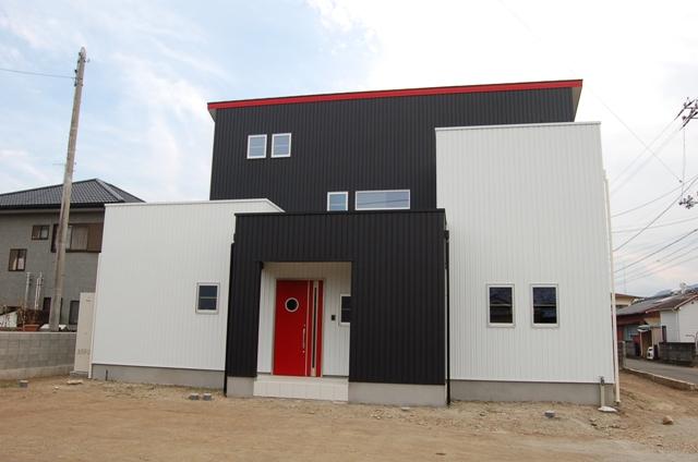 赤と黒のツーバイフォー住宅
