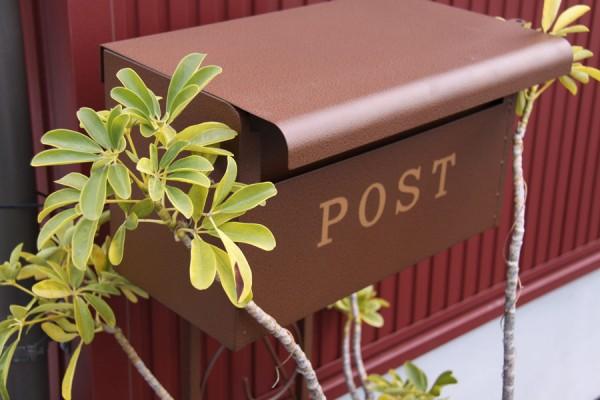 茶色のポスト